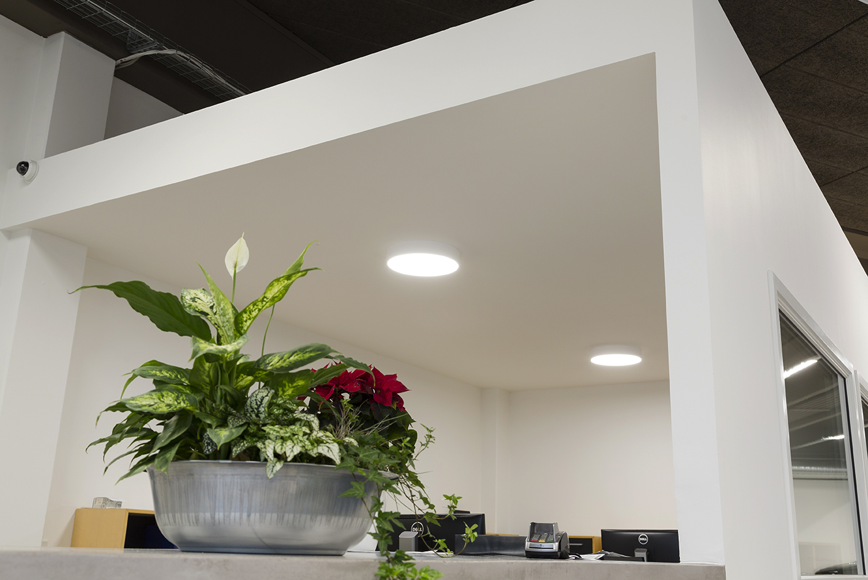 Basic rund påbygget lampe monteret i administrationen i bilhus - Luminex
