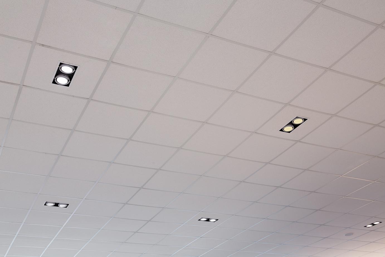 Midpoint indbygget lampe monteret i loft i showroom nærbillede - Luminex