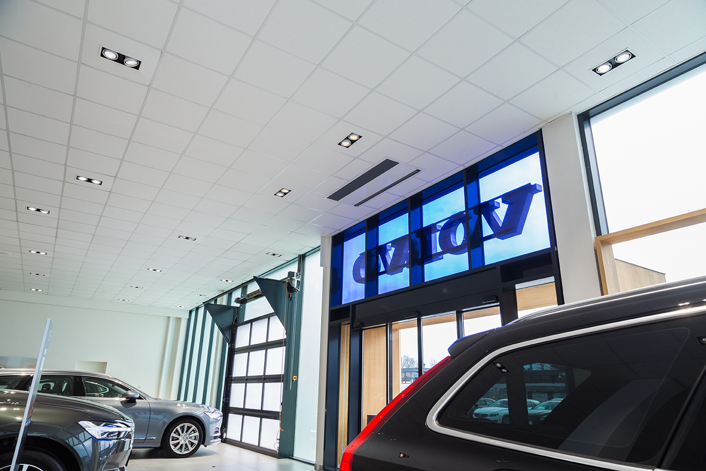 Midpoint indbygget lampe monteret i loft i showroom - Luminex