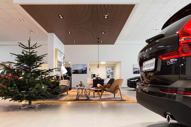 Midpoint indbygget lampe monteret mellem træ lameller i showroom - Luminex