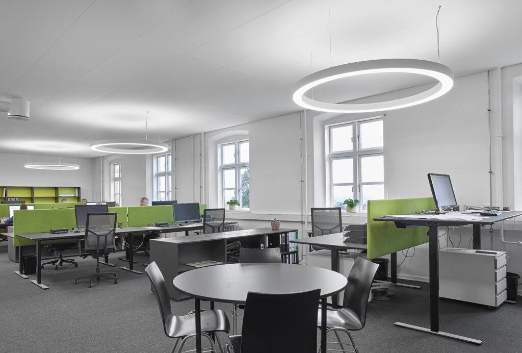Constructa, Horsens LuminexRingo Star rund lampe nedhængt fra loft i åbent kontor miljø - Luminex