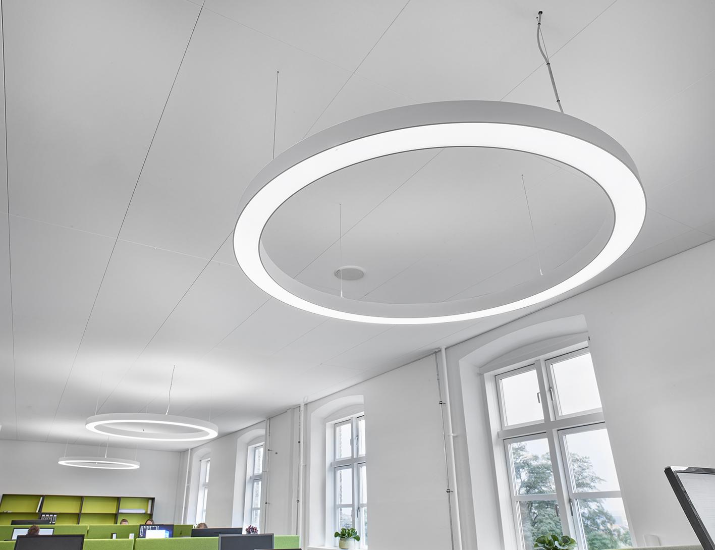 Ringo Star rund lampe nedhængt fra loft i åbent kontor miljø nærbillede - Luminex