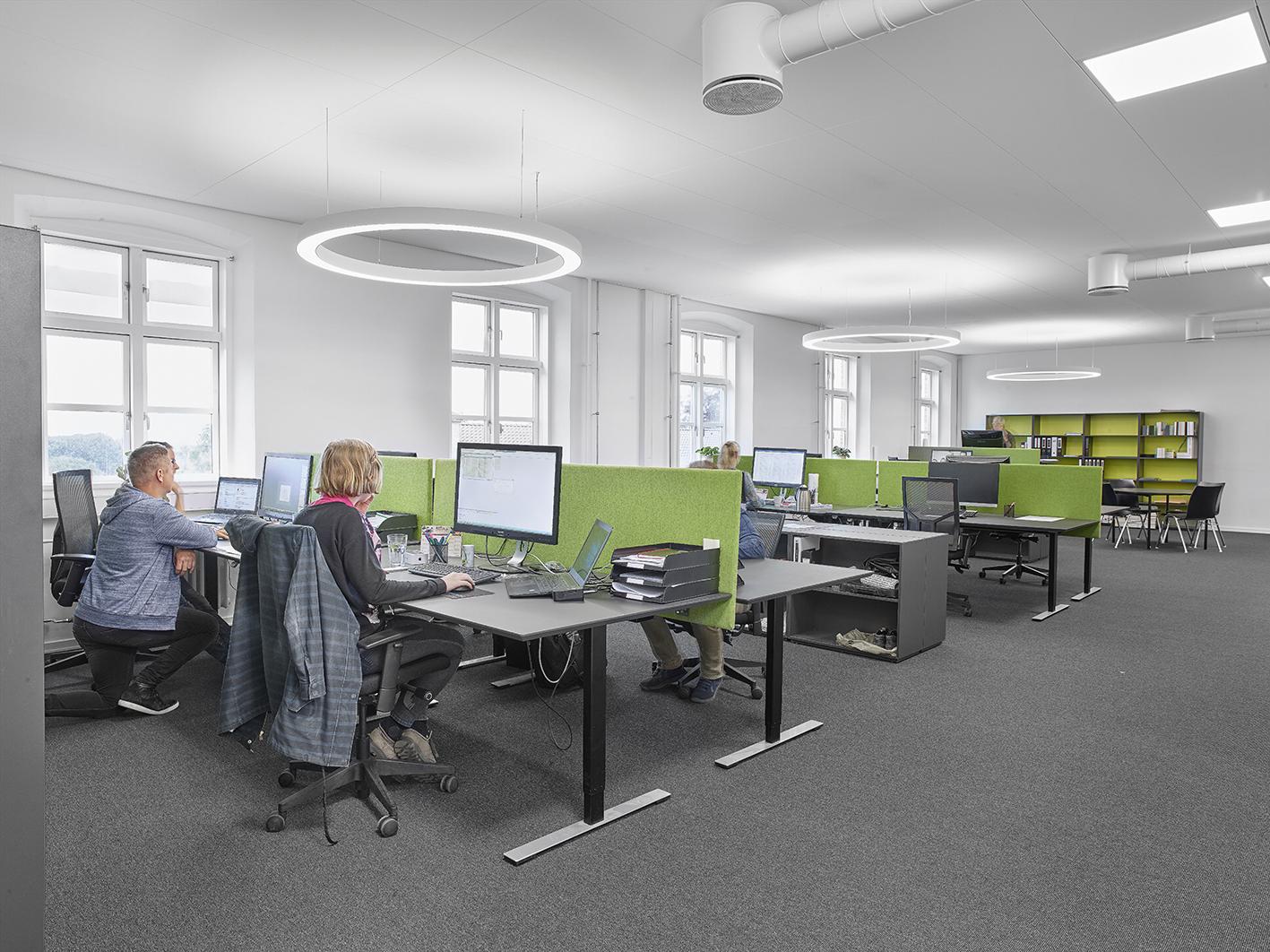 Ringo Star rund lampe nedhængt fra loft i åbent kontor miljø - Luminex