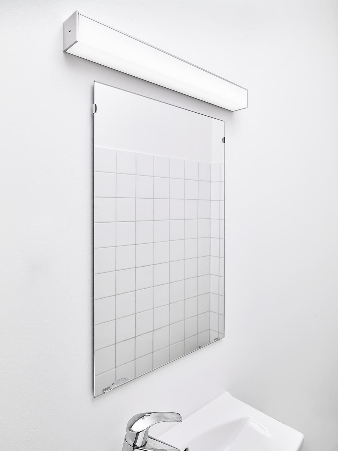 Z-guide lampe monteret over spejl på toilet - Luminex