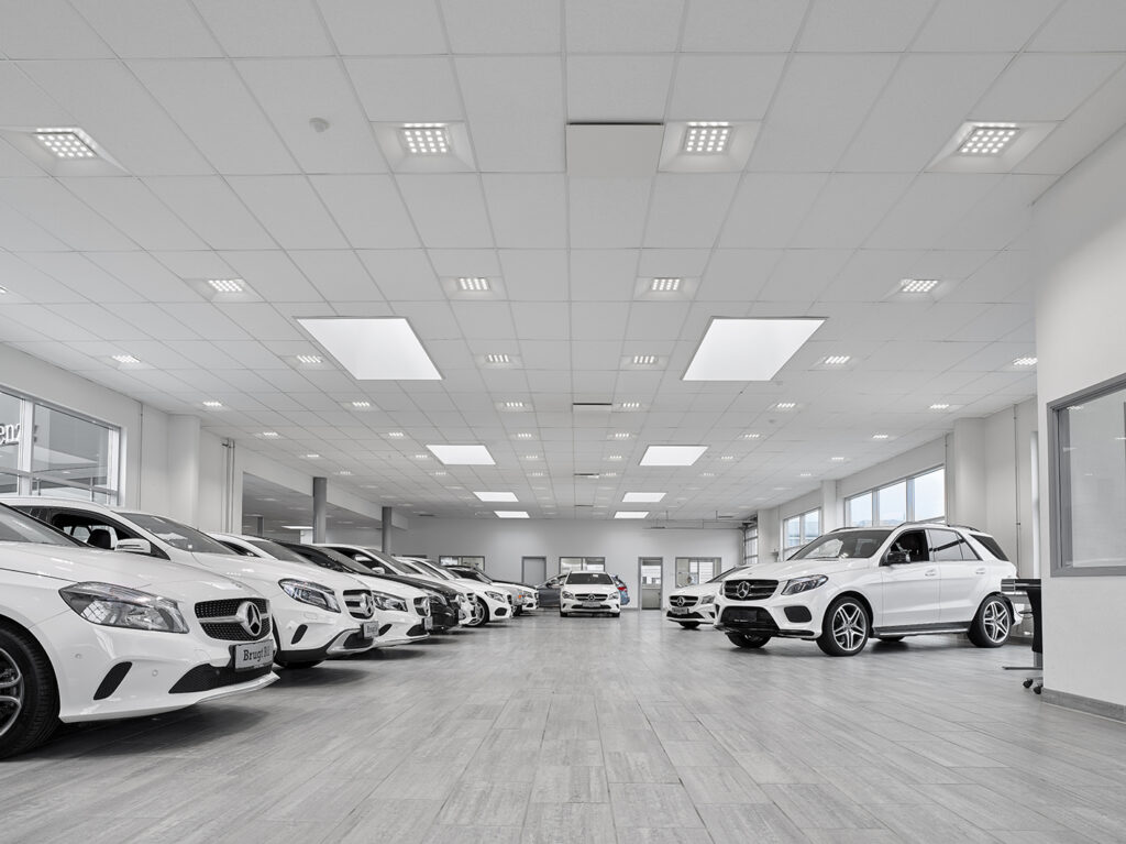 Aviora LED panel indbygget i synlig t-profil loft i showroom - Luminex