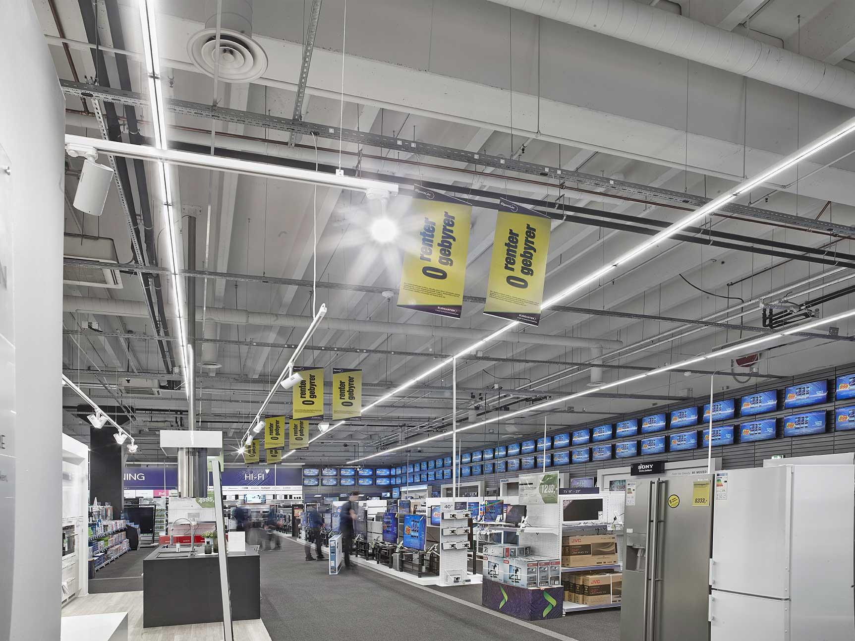 Linia 7 polet FP monteret i skinnesystem på tværs af butikken, giver et veloplyst rum uden mørke områder - Luminex