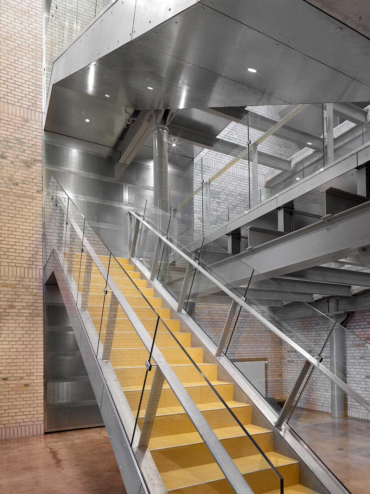 EDLR 195 downlight lampe indbygget i trappe og loft ved indgangen og foyer - Luminex