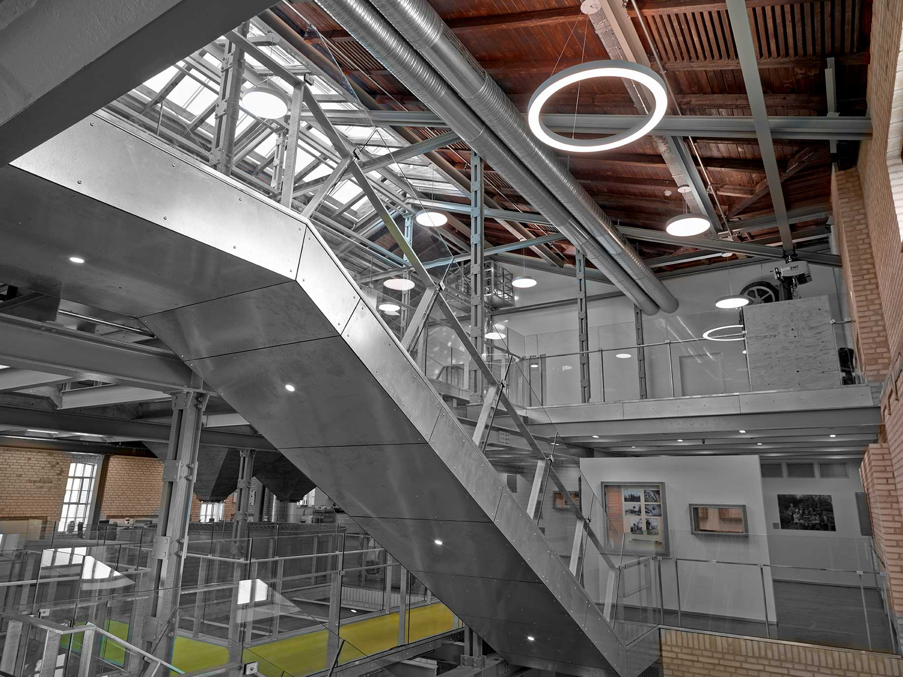 Basic Max rund lampe nedhængt fra loft på åbnekontorer. Ringo Star cirkulær lampe nedhængt fra loft ved trapper. EDLR downlight spotlight lampe indbygget under trappen - Luminex