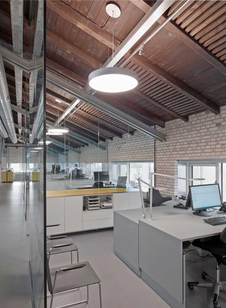 Basic Max rund lampe nedhængt fra loft på kontor - Luminex