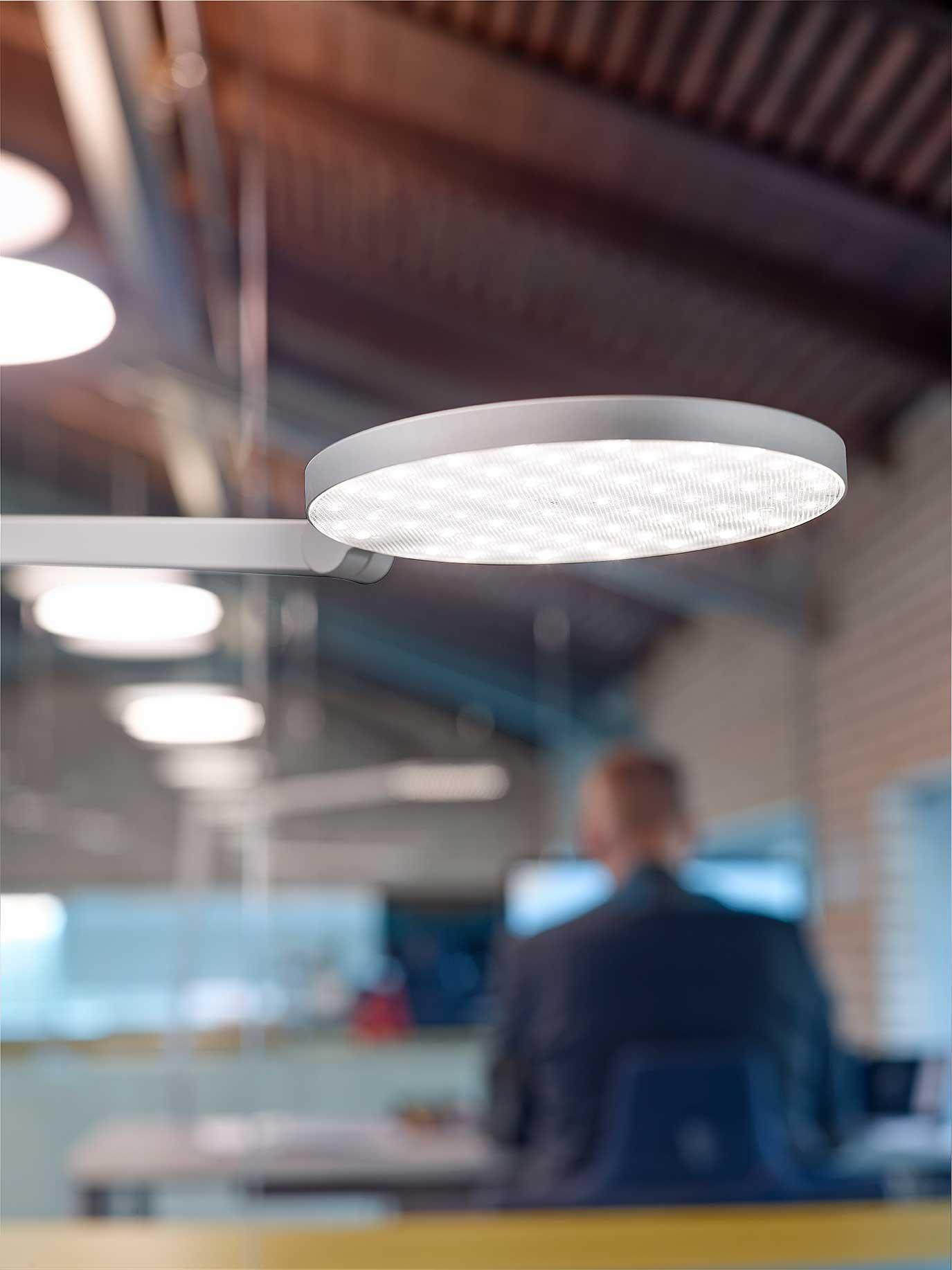 Lucille bordlampe med rundt hoved på kontor nær billede - Luminex