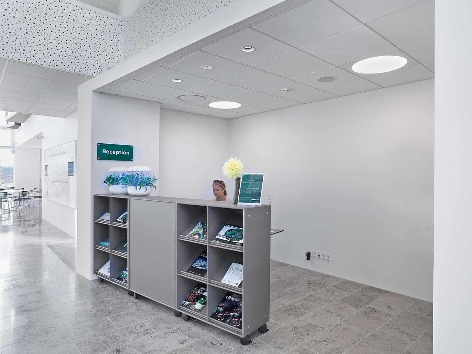 Ledgo Circle 595 LED panel lampe og EDLR downlight lampe indbygget i loftet ved receptionen - Luminex