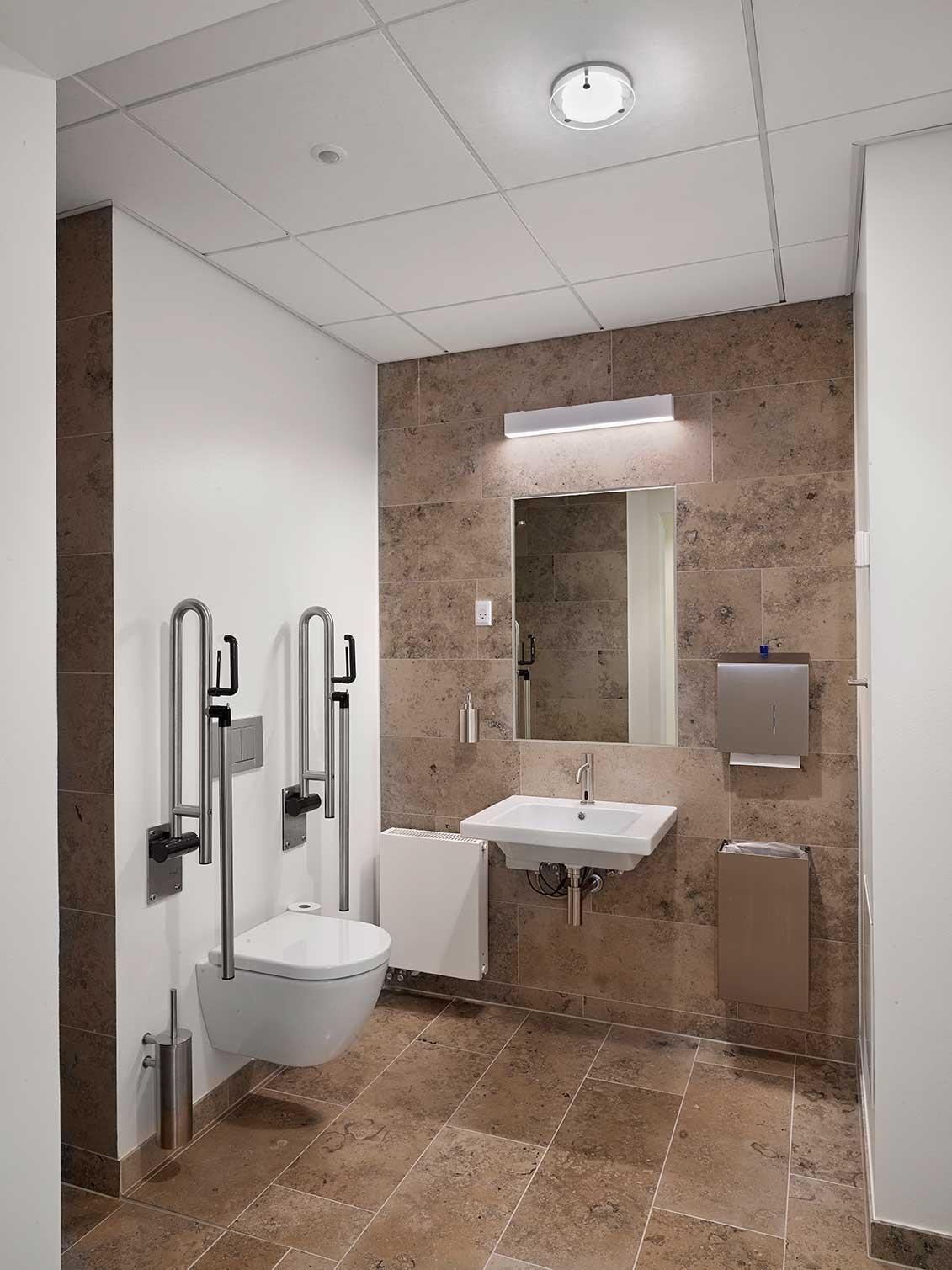 EDLR 195 downlight indbygget i loft på toiletter med Matric 55mm Wall D3 aflang lampe, der kun lyser direkte/ned påbygget på væg over håndvask - Luminex