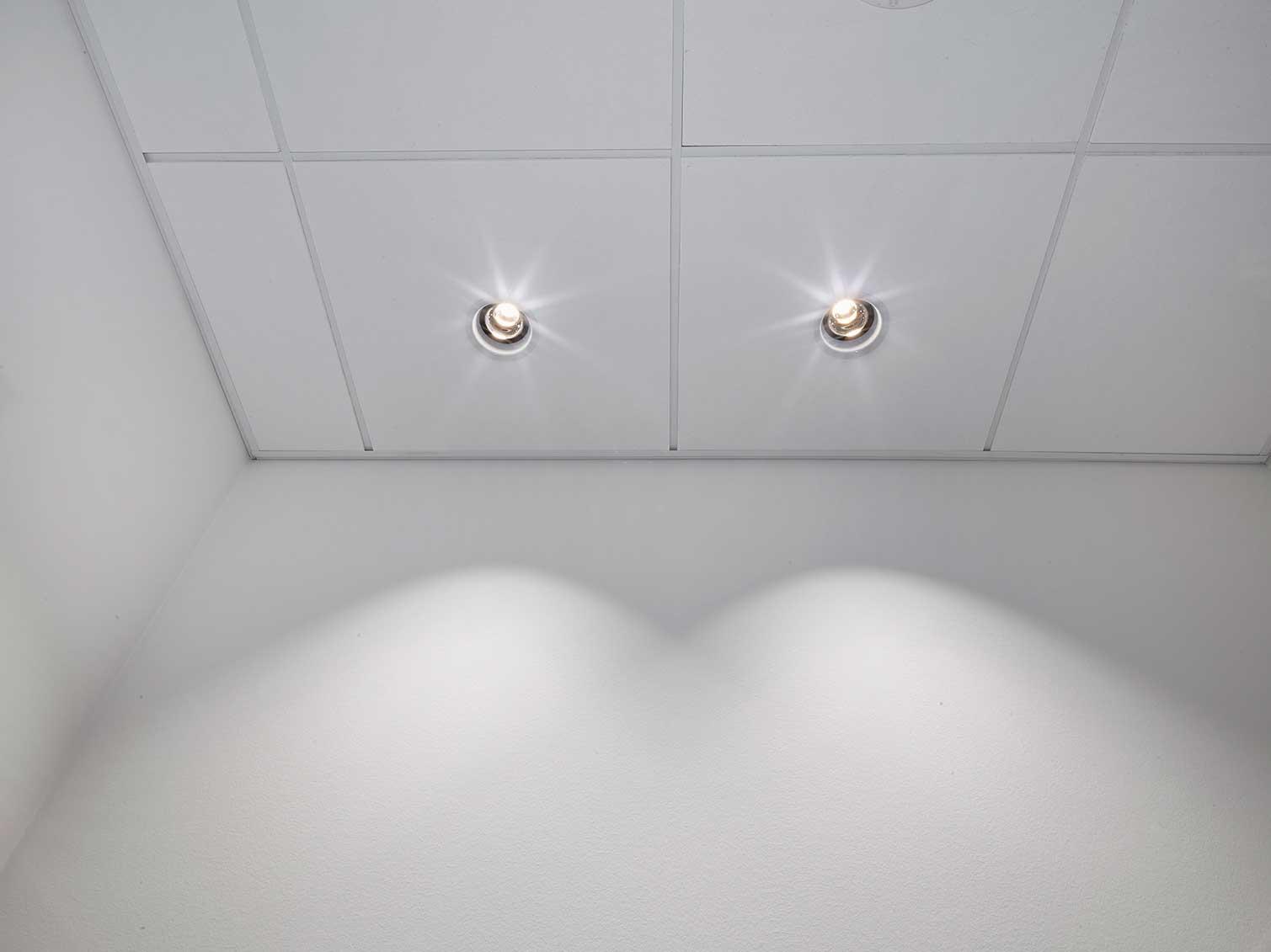 EDLR 195 indbygget i loftet langs gang, placeret langs væggene for at give et lysspil derpå nærbillede - Luminex