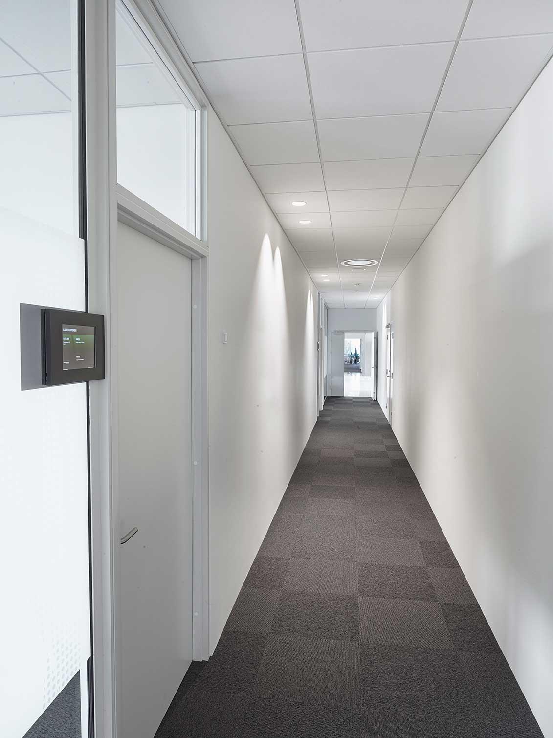 EDLR 195 indbygget i loftet langs gang, placeret langs væggene for at give et lysspil derpå - Luminex
