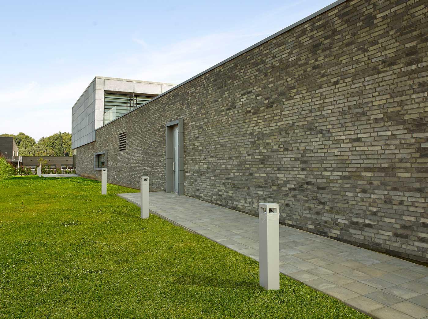 Path Pullert på jordanker foran bygningen langs indgangen - Luminex