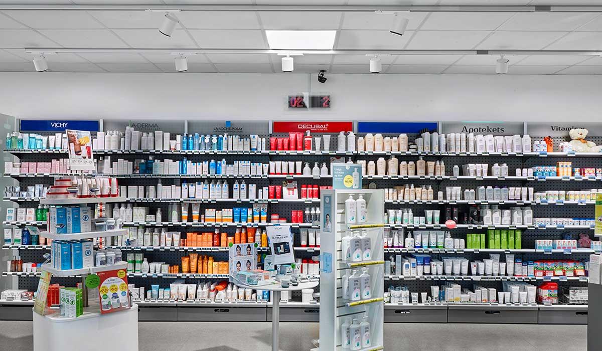 Odion XS spotlight lampe monteret i skinne system og FPL 2 indbygget LED Panel i butikken på apoteket - Luminex
