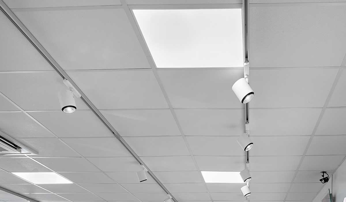 Odion XS spotlight lampe monteret i skinne system og FPL 2 indbygget LED Panel - Luminex