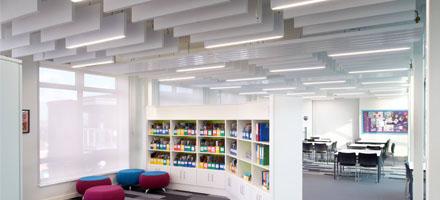 Blade bafler monteret i klasseværelse - Luminex
