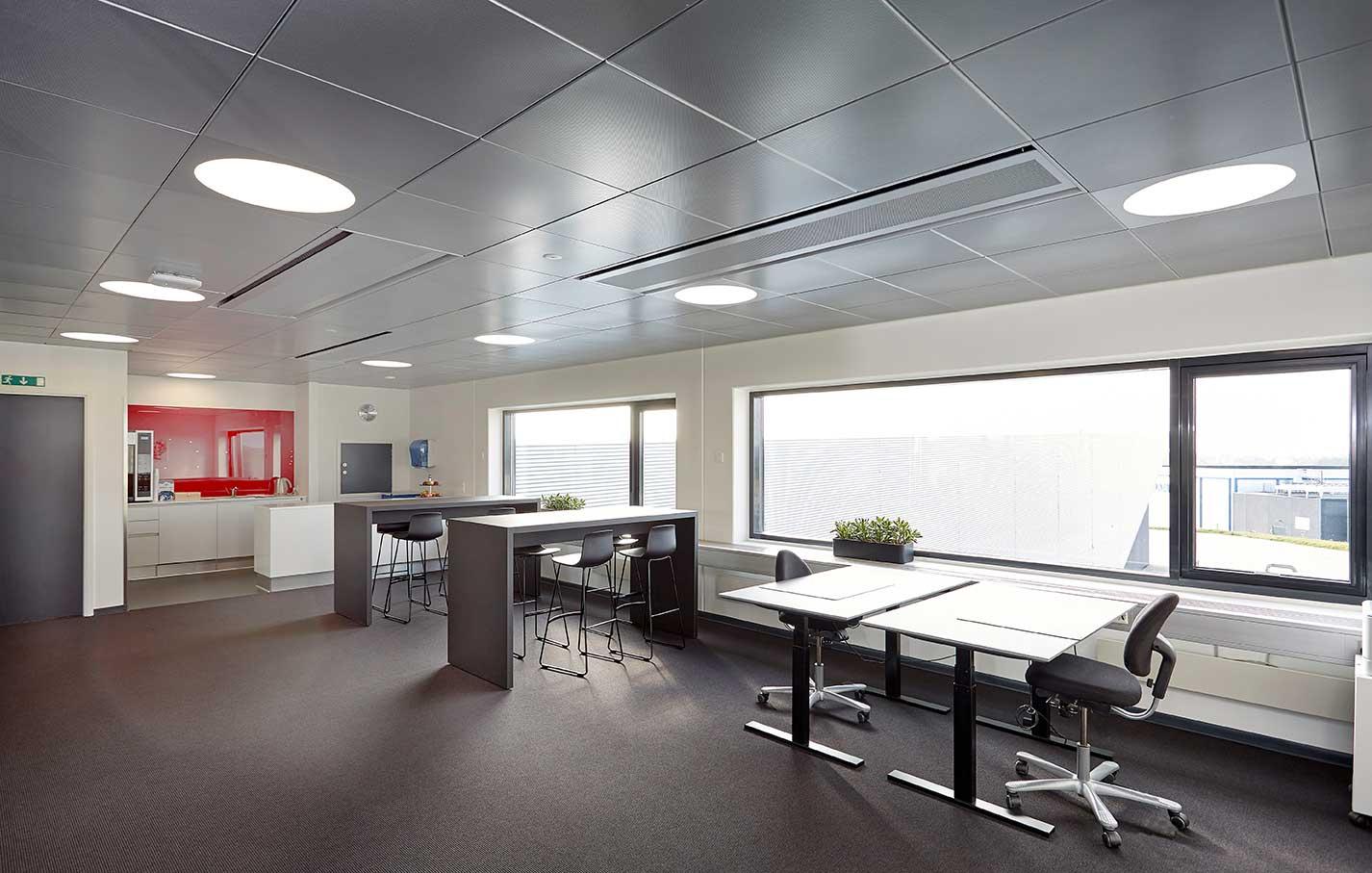 Ledgo Circle panel indbygget i loft ved fællesområde og køkken - Luminex