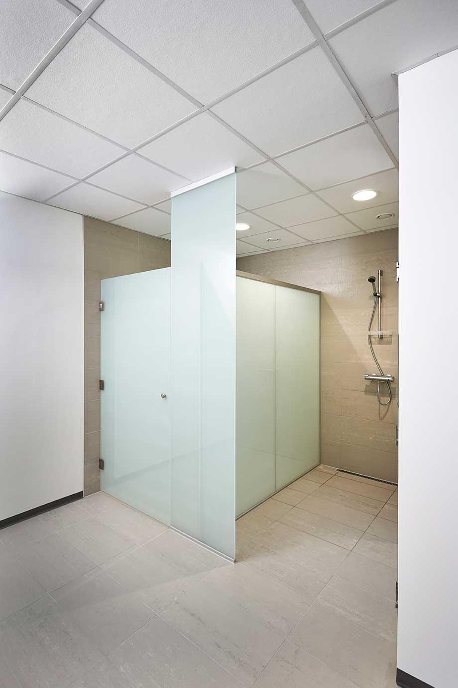 Downlights indbygget i loft på badeværelse i omklædningen - Luminex