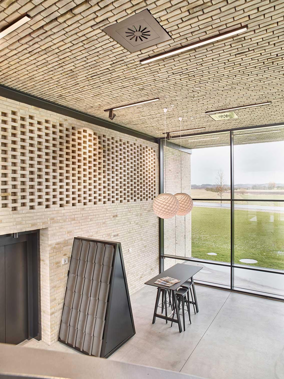 Matric A1 Surface indbygget i loft i showroom - Luminex