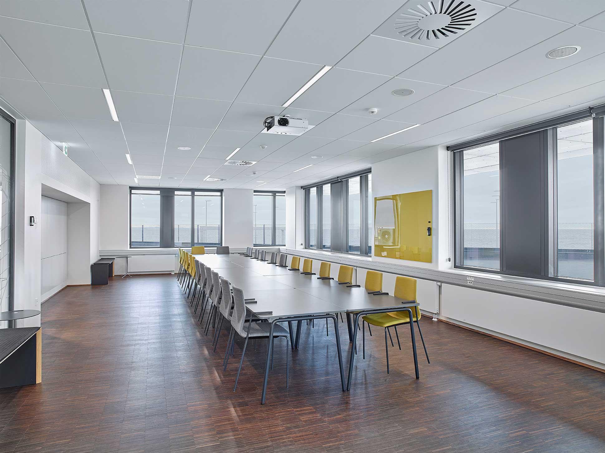 Matric Recessed Frameless M1 lampe indbygget i loftet i mødelokale - Luminex