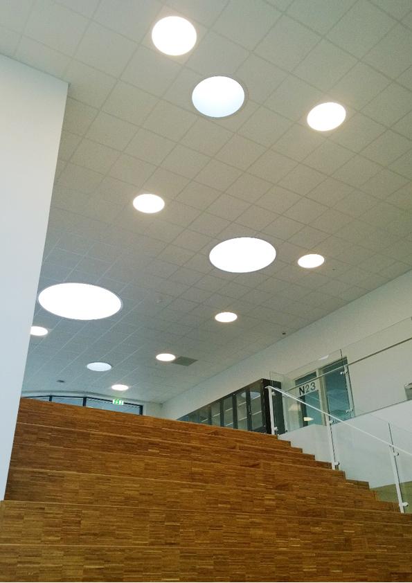 Ledgo circle panel lampe indbygget i synlig t-profil loft ved trappe hos Horsens Statsskole - Luminex