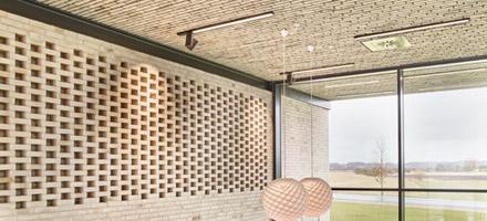 Lamper indbygget i loft langs murstensvæg - Luminex