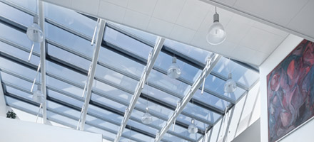 HPL pendel lamper nedhængt fra loft langs ovenlysvinduer - Luminex