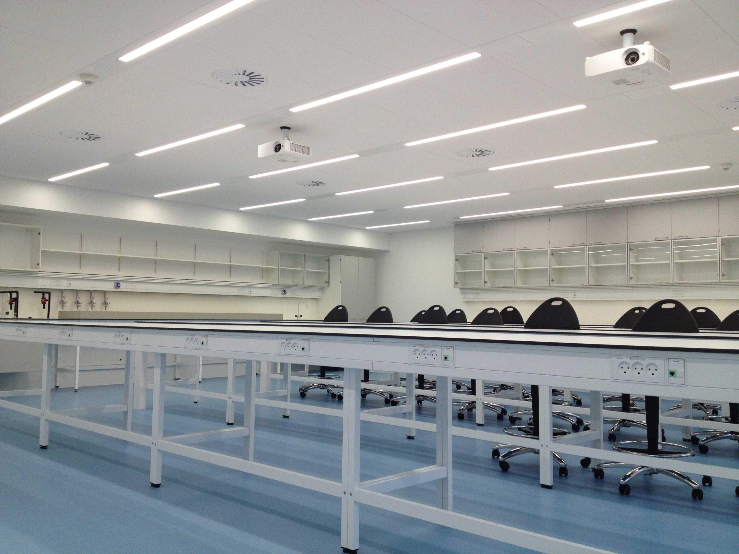 Matric 55mm F3 smal og aflang lampe indbygget i loft med ramme, monteret i undervisningslokale - Luminex