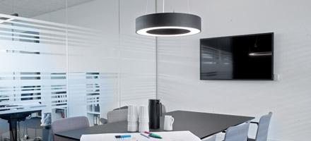 Lampe over bord i mødelokale - Luminex