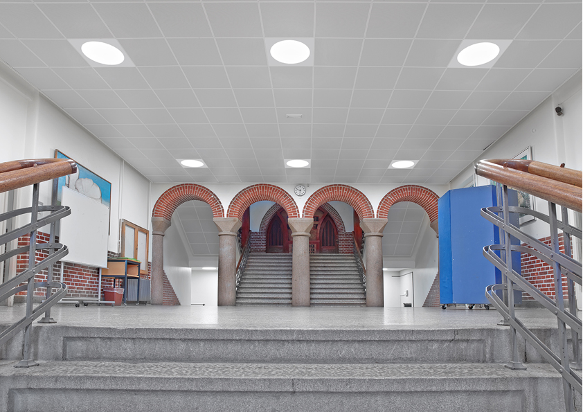 Ledgo circle panel lampe indbygget i synlig t-profil loft ved trappe hos Risskov skole - Luminex