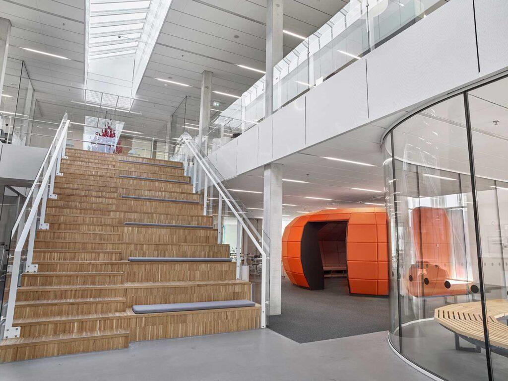 Matric Recessed Frameless F3 indbygget i loftet i det åbne undervisningsmiljø ved trappen - Luminex