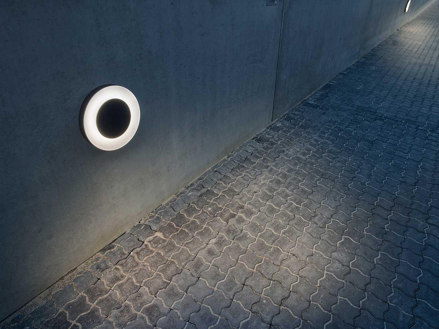 Ekleipsis monteret på væg langs de store områder ved bilhuset - Luminex