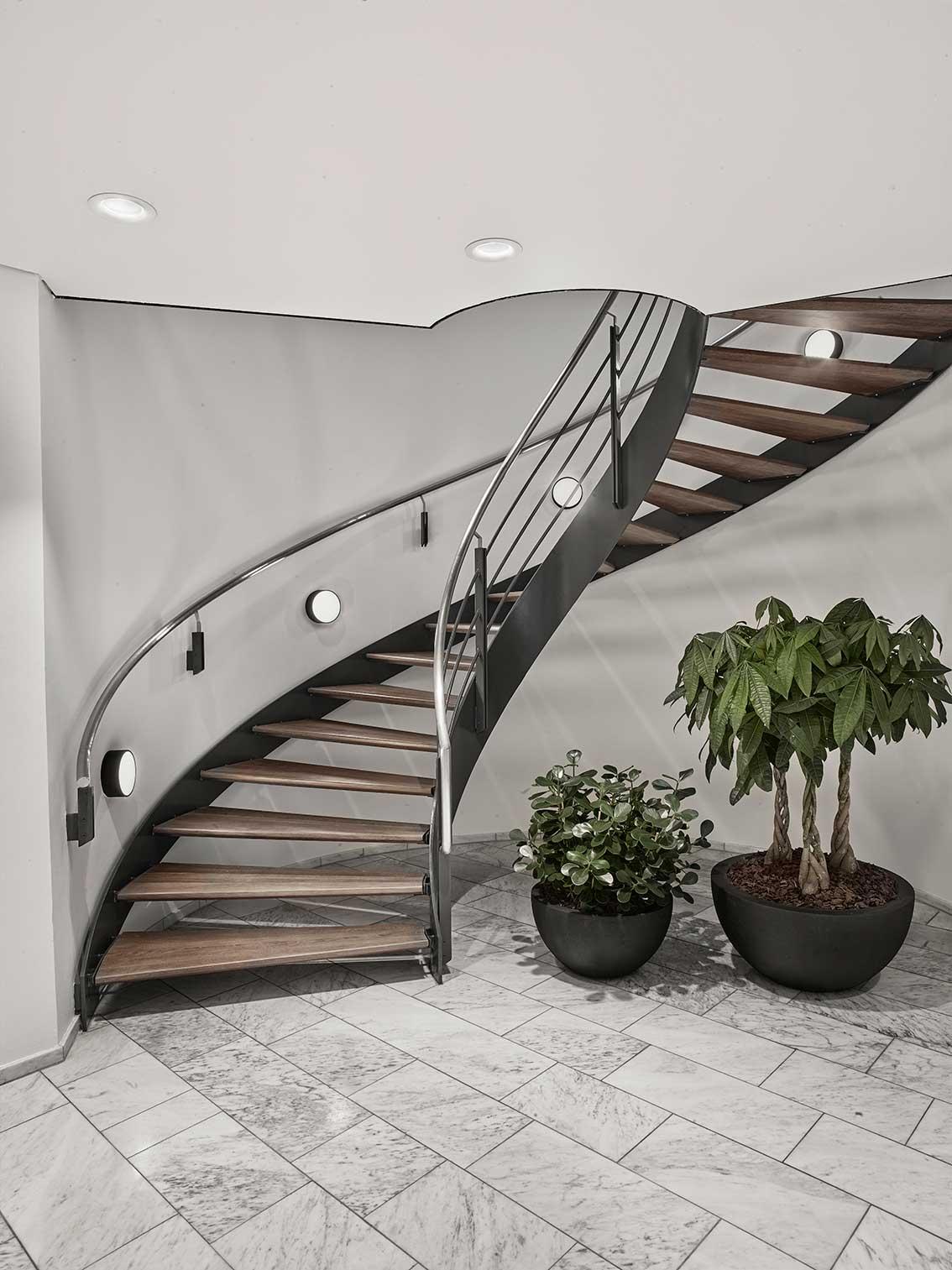 Basic Max Surface A1 lampe monteret på væg ved trappe opgang LInea DS-F - Luminex indbygget i loft
