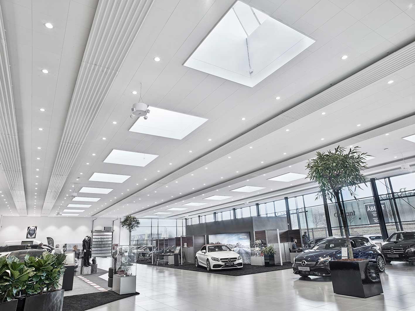 Linea DS-F 150 indbygget i loft i showroom - Luminex
