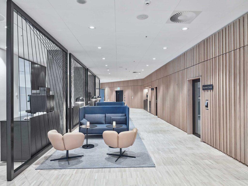 Linea DS-F 150 downlight lampe indbygget i loft i lounge område på hotel - Luminex