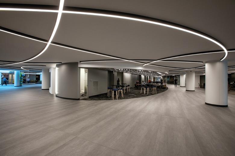 Liguid line lysbånd påbygge på loft som halv cirkler i indkøbscenter - Luminex