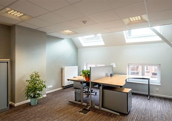 Aviora LED panel monteret i loftet på fælleskontor - Luminex