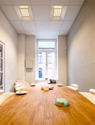 Aviora LED panel indbygget direkte i loftet på kontor - Luminex