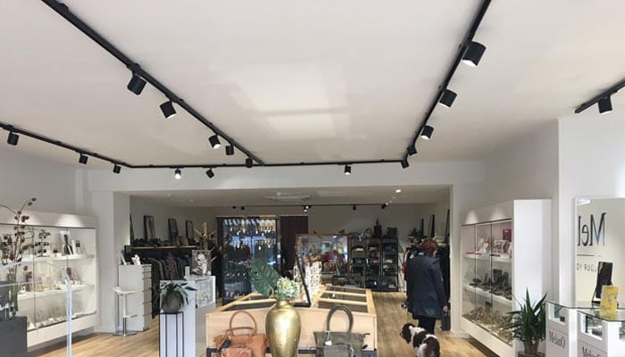 Odion XS spotlight lampe monteret i skinnesystem i butik - Luminex