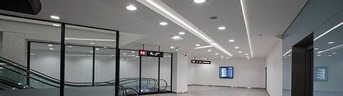 Linea 2 indbygget i loft i gang ved parkeringshus - Luminex