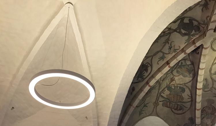 Ringo star rund lampe nedhængt fra loft i kirke - Luminex