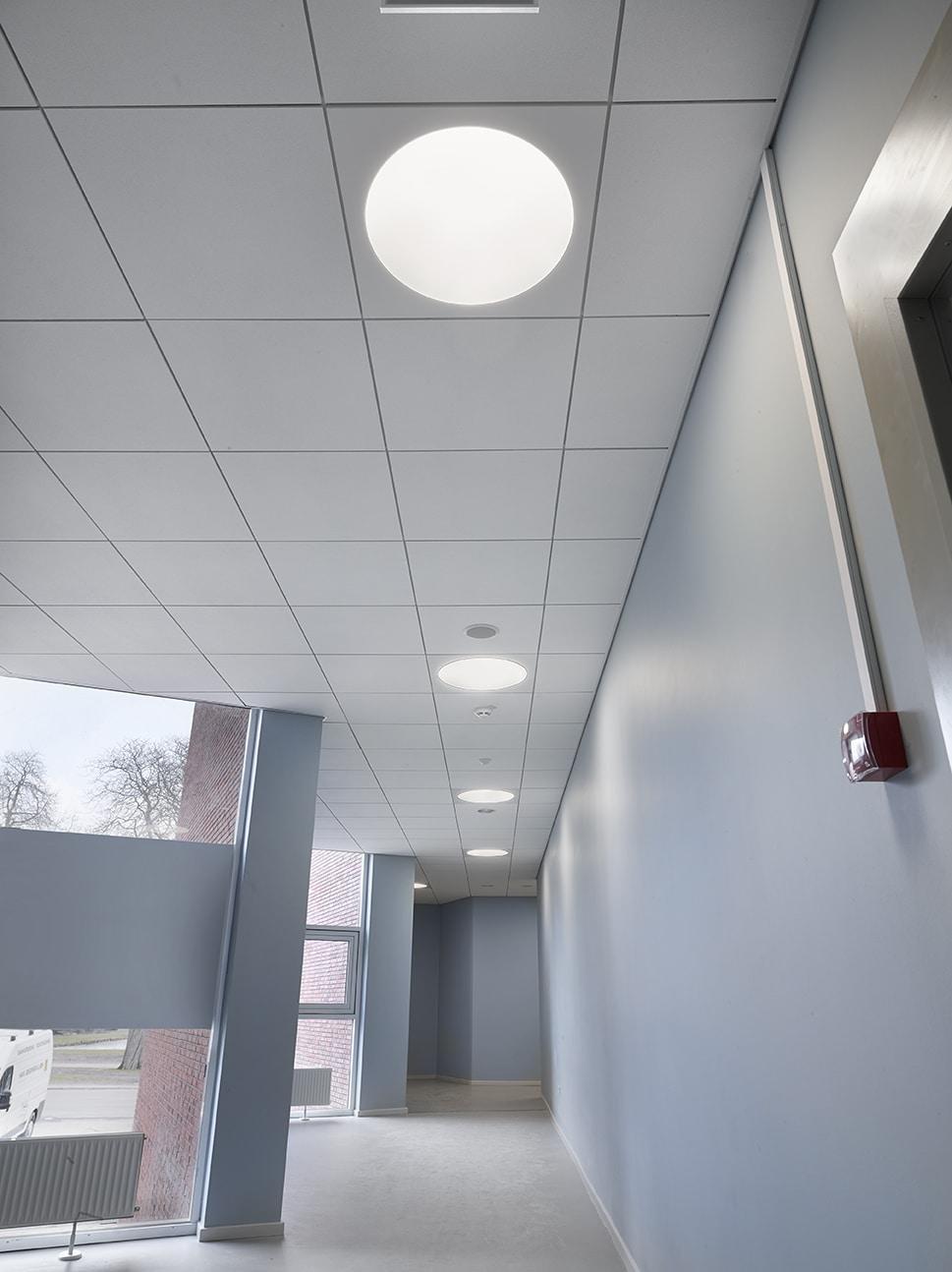 Ledgo circle panel lampe monteret i gips loft i gang hos Odense Katedralskole - Luminex