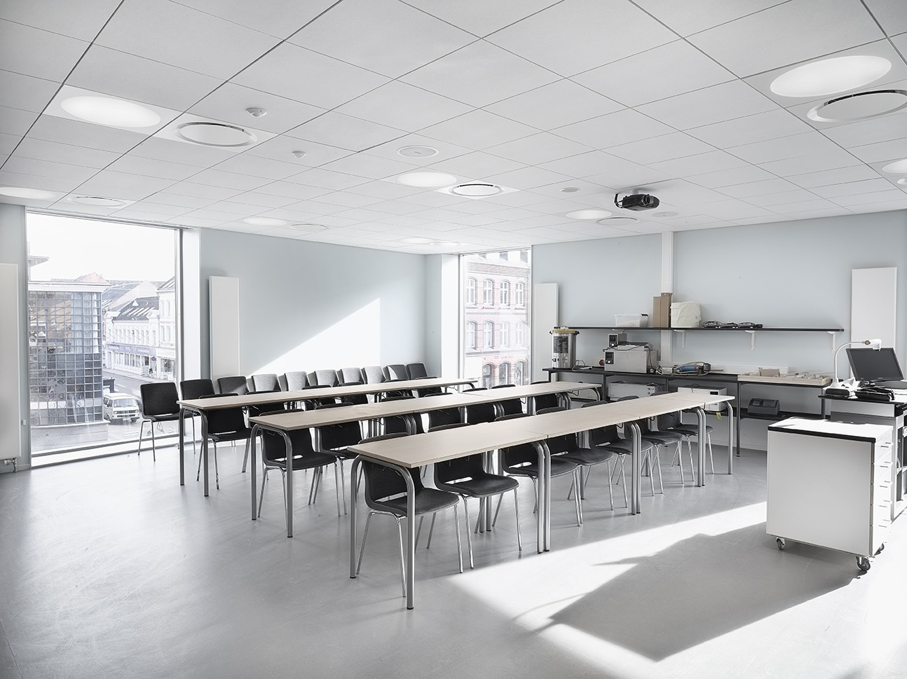 Ledgo circle panel lampe monteret i gips loft i klasselokale hos Odense Katedralskole - Luminex