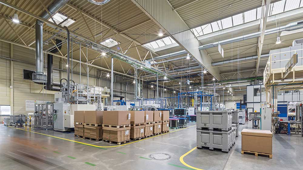 RLS-LED-4 pendel lampe nedhængt fra loft i lagerhal - Luminex