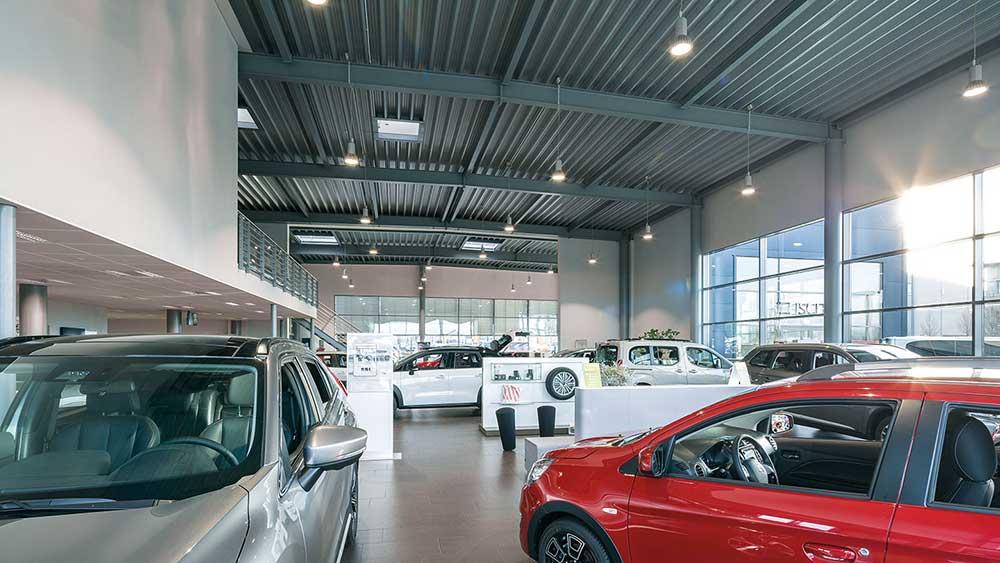 RLS-LED-5 pendel lampe nedhængt fra loft i showroom hos bilforhandler - Luminex