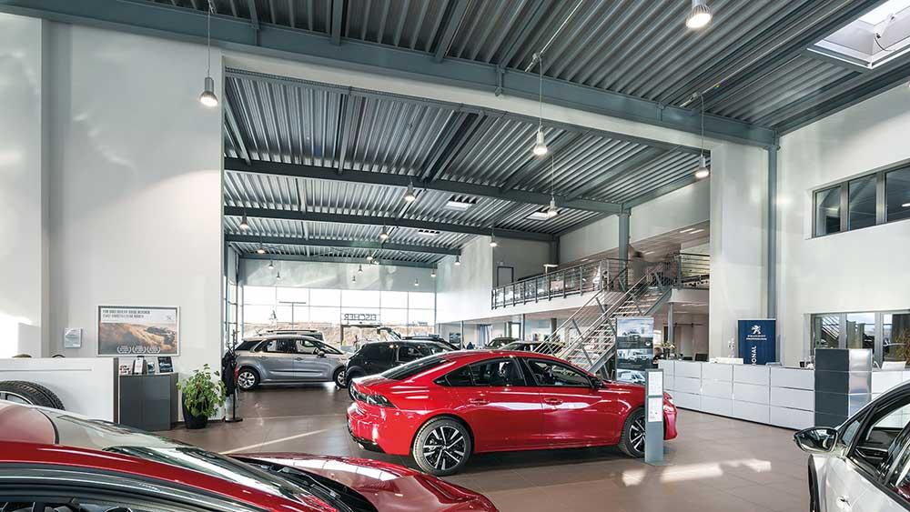 RLS-LED-6 pendel lampe nedhængt fra loft i showroom hos bilforhandler - Luminex