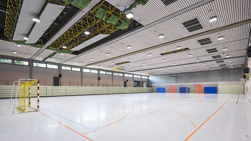 Robust-1 firkantet lampe påbygget på loft i sportshal - Luminex