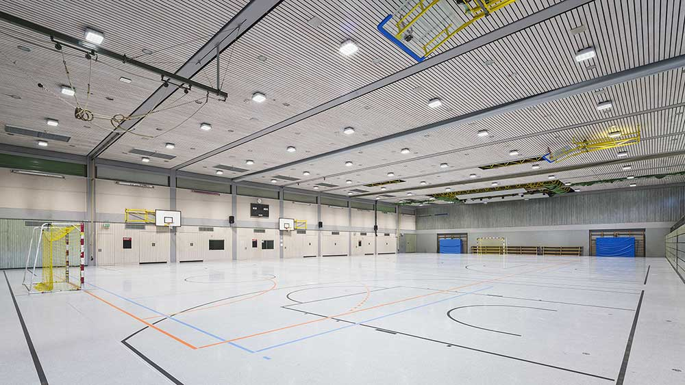 Robust-2 firkantet lampe påbygget på loft i sportshal - Luminex